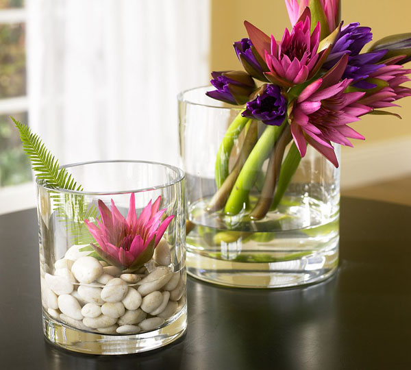 17-Beautiful-decorative-flowers-placed-inside-whiskey-glasses-with-water-and-pebbles